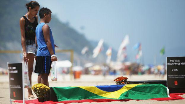 Protesto contra a violência em praia do Rio (Foto: Mario Tama/Getty Images)
