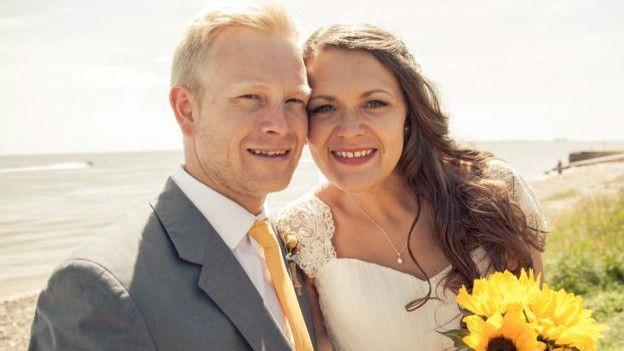 Charlie Jones, periodista de la BBC, con su marido