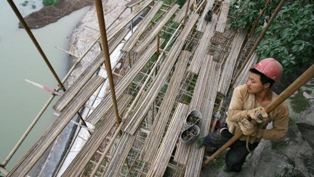 Un trabajador de la construcción en China