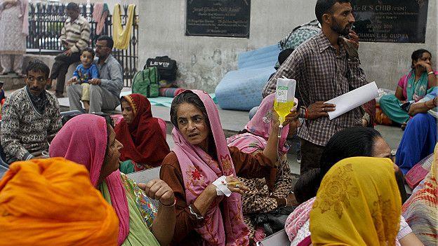 Pacientes afuera de un hospital en India