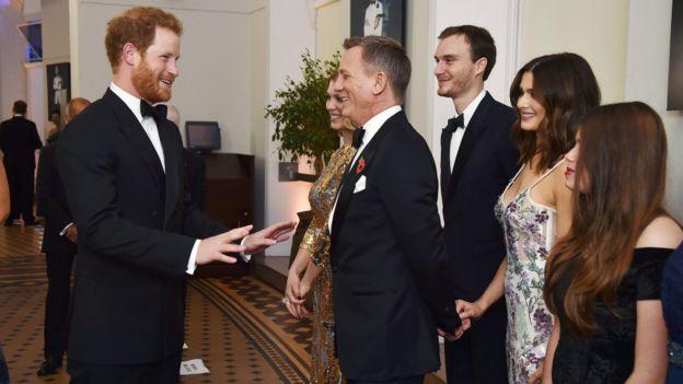 哈里王子周一出席007电影的首映