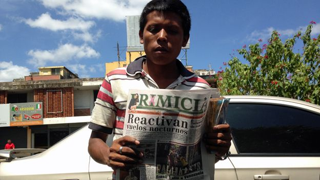 Joven vende periódico