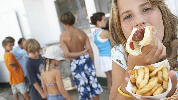 Девочка есть хот-дог