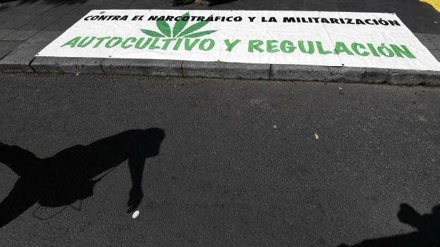Carteles a favor de la legalización de la marihuana.