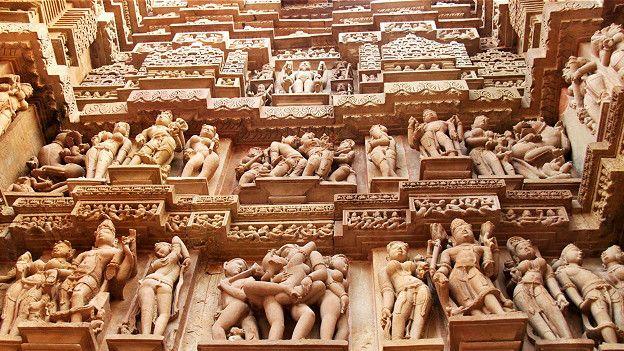 Резьба по камню покрывает каждый дюйм внешних стен храма