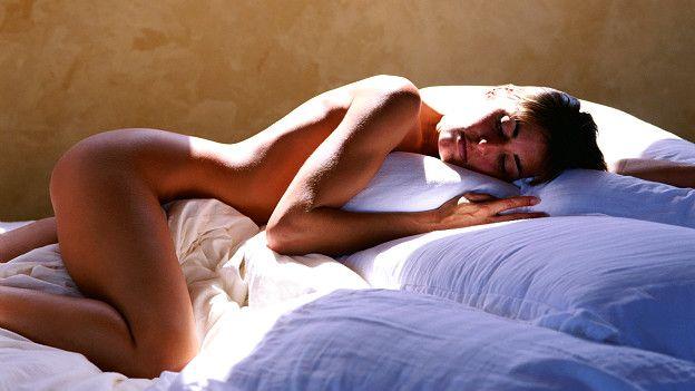 Женщина дремлет