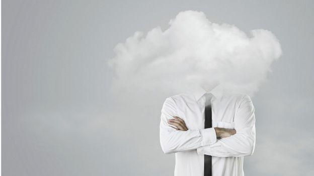 Una persona con la cara tapada por las nubes