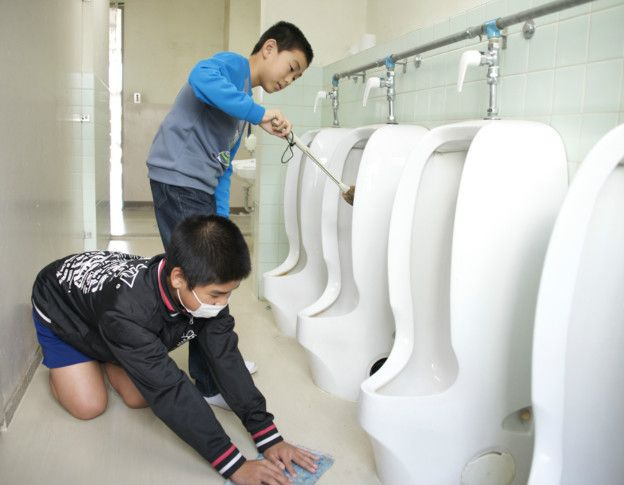 Niños lavando baños en Japón