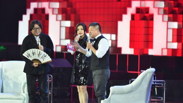 高晓松(左)、赵薇(中)、马东在晚会上表演节目。