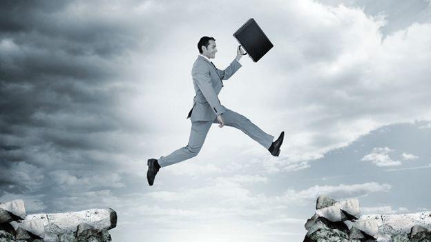 Un ejecutivo saltando