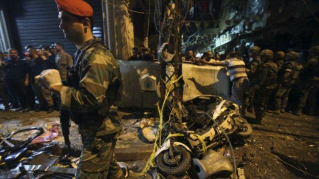 Người dân và binh lính Lebanon có mặt tại khu vực xảy ra vụ đánh bom