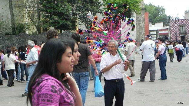 Jóvenes pasean en una plaza de Coyoacán