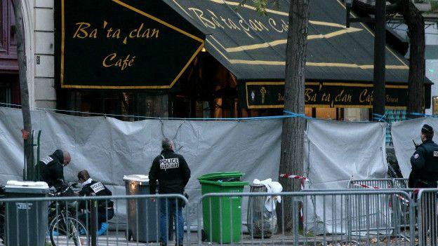 Policías frente a la sala de conciertos Le Bataclan