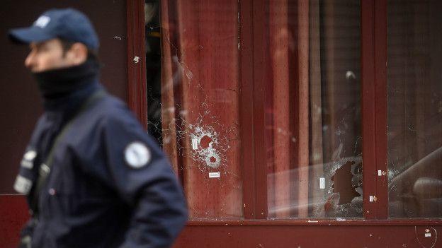 Un policía francés frente al restaurant Le Carillon