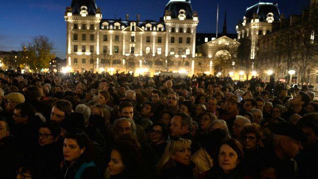 París declaró tres días de luto tras los atentados.