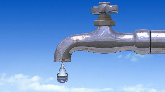 Agua saliendo de una llave