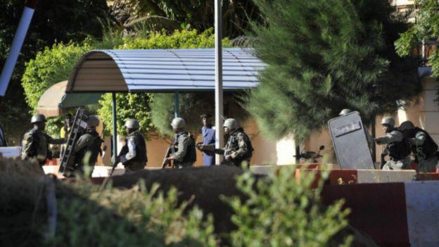 Binh lính Mali bên ngoài khách sạn Radisson Blu ở Mali