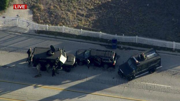 Autos de policía rodean al vehículo sospechoso en San Bernardino