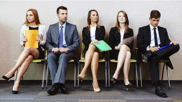 Personas esperando por una entrevista de trabajo