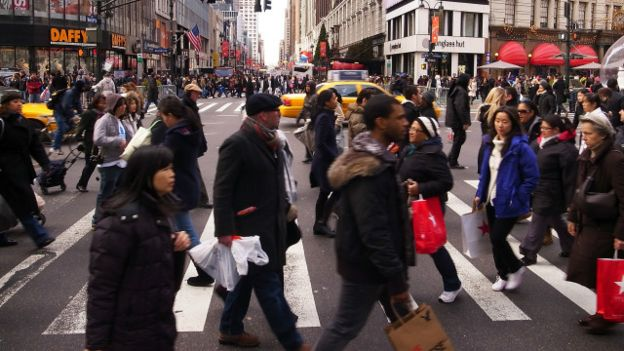 Personas de compras en las calles de Nueva York