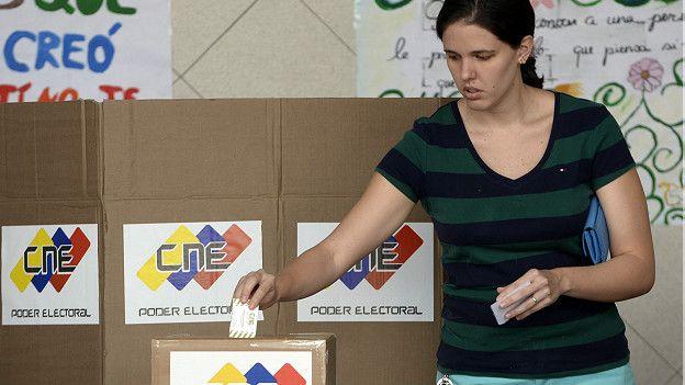 Venezolana votando