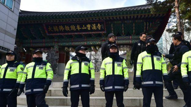 韓國首爾警察在曹溪寺外拉起封鎖線(9/12/2015)