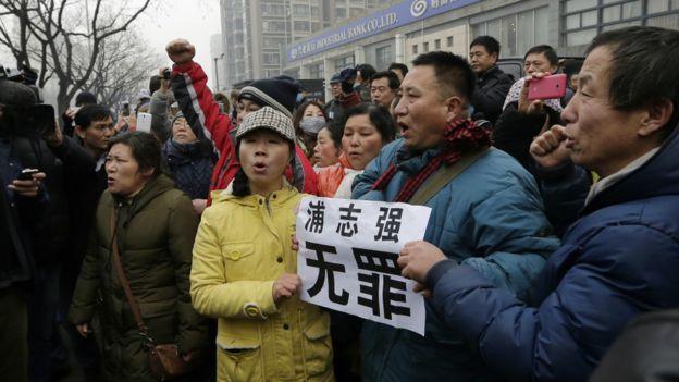 北京第二中级法院外声援浦志强群众举起
