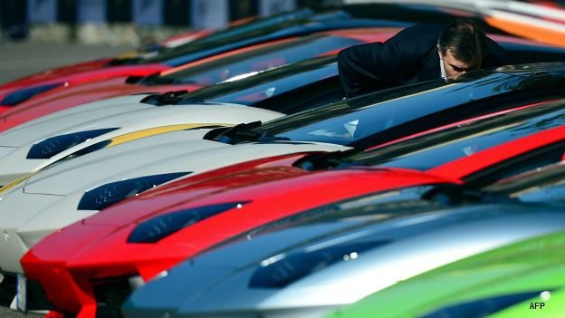 Autos Lamborghini estacionados en Italia.