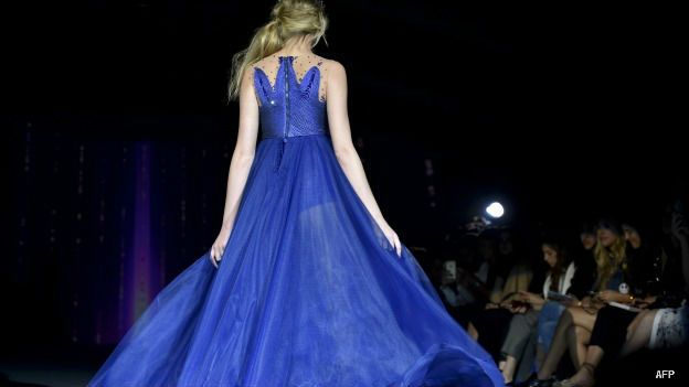 Modelo luce un vestido de Vero Díaz en la semana de la moda primavera verano de México