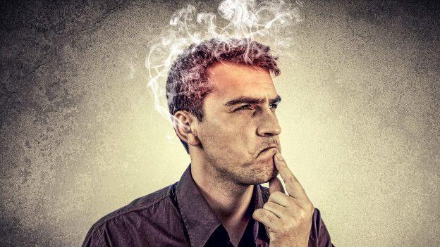 Una persona con humo que le sale de la cabeza