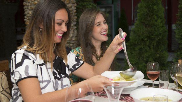 Dos mujeres en un restaurante
