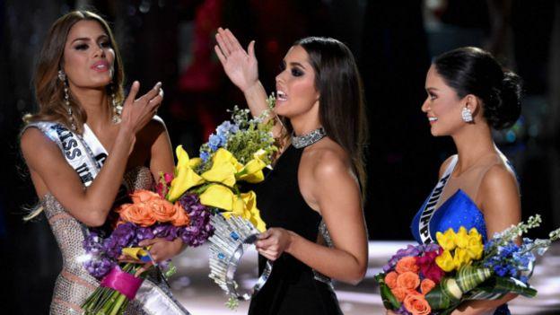 Hoa hậu Colombia (trái), và Hoa hậu Philippines (phải)
