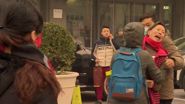 Những người ủng hộ ông Phổ Chí Cường bên ngoài tòa ở Bắc Kinh