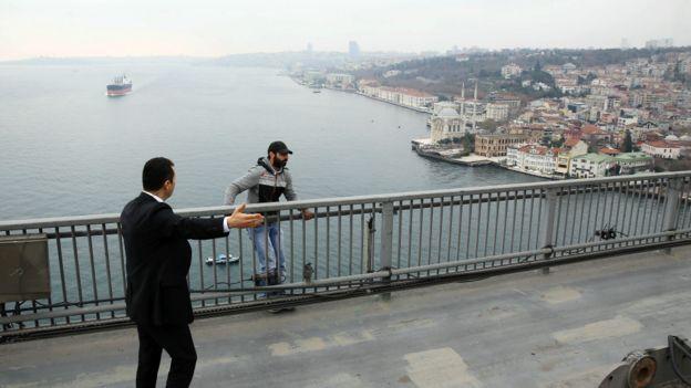 男子站在博斯普鲁斯大桥桥边