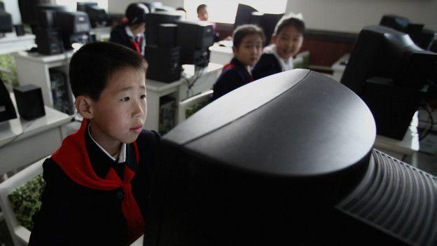 Школьники за компьютерами в Северной Корее