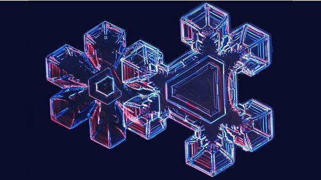 Форма атмосферного кристалла льда определяется маршрутом его путешествия на землю