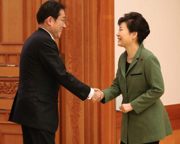 朴槿惠(右)在青瓦台总统府接见岸田文雄(左)(28/12/2015)