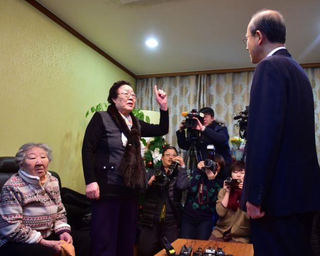 韩国慰安妇幸存者李容洙(中)向韩国外交部第一次官林圣男(右)喊话(29/12/2015)