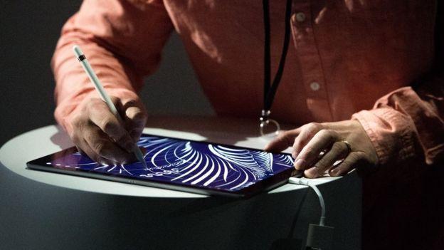 Persona escribiendo en iPad
