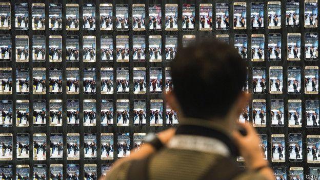 Persona frente a muchos celulares