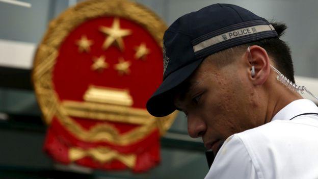一名香港警察在香港中联办前站岗(31/12/2015)