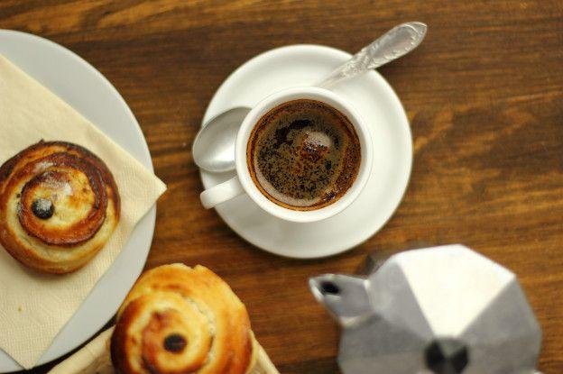 Кофе с круассанами