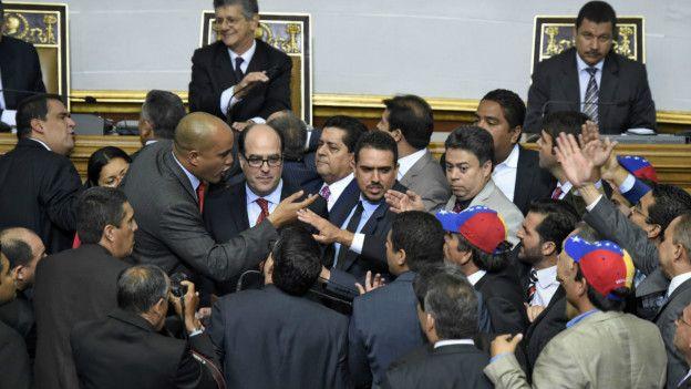 Momento de tensión previo al discurso del diputado Julio Borges.
