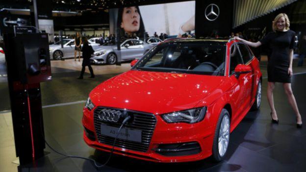 El Audi A3 e-tron se exhibe en el Salón del Automóvil de Detroit, mientras se le recarga energía.