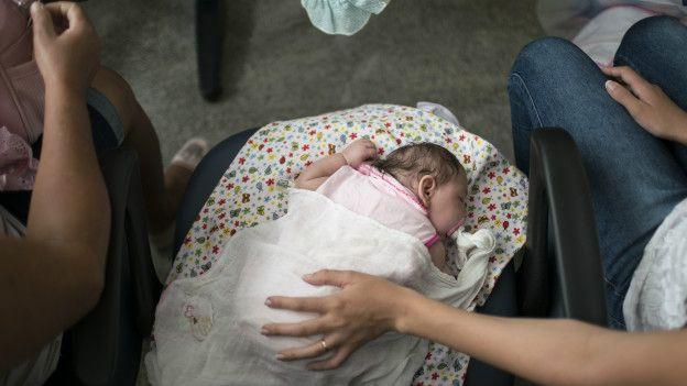 Un bebé en un centro hospitalario.
