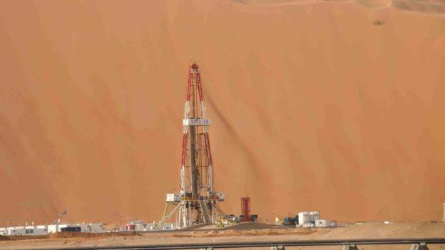 中石化中原油田在沙特東部地區沙漠中的一坐石油鑽井平台(新華社圖片14/8/2015)