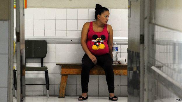Una mujer embarazada aguarda ser atendida en un hospital de Tegucigalpa.