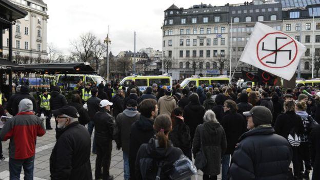 منشورات السويد تحرض اللاجئين 160131030949_a_number_of_counter-demonstrators_gather_to_show_their_disapproval_against_a_movement_calling_itself_the_peoples_demonstration_640x360_ap_nocredit.jpg
