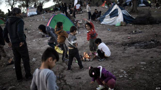 Niños migrantes juegan en la frontera de Macedonia