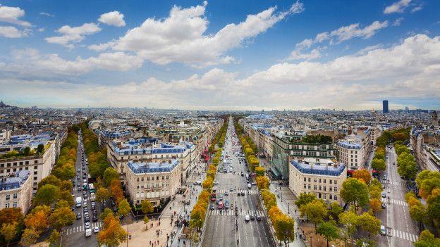 """Una docena de avenidas irradian del Arco del Triunfo en el corazón de la Plaza de l'Ètoile – luego renombrada """"Charles de Gaulle""""."""